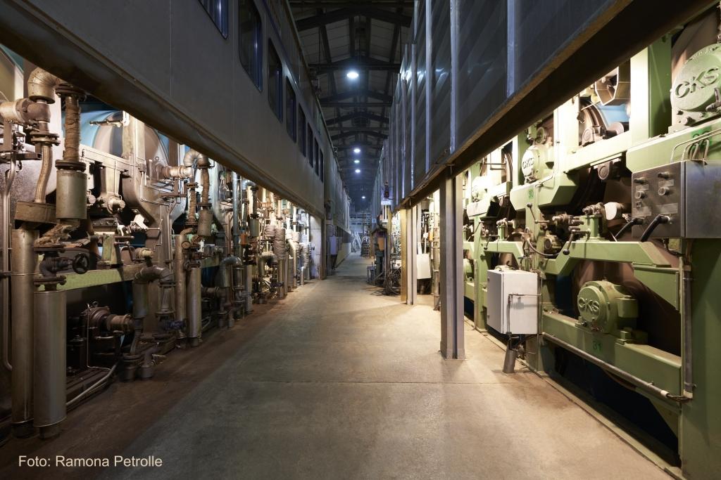 Wir produzieren für Sie: Papierfabrik Meldorf Gang zwischen den Papiermaschinen