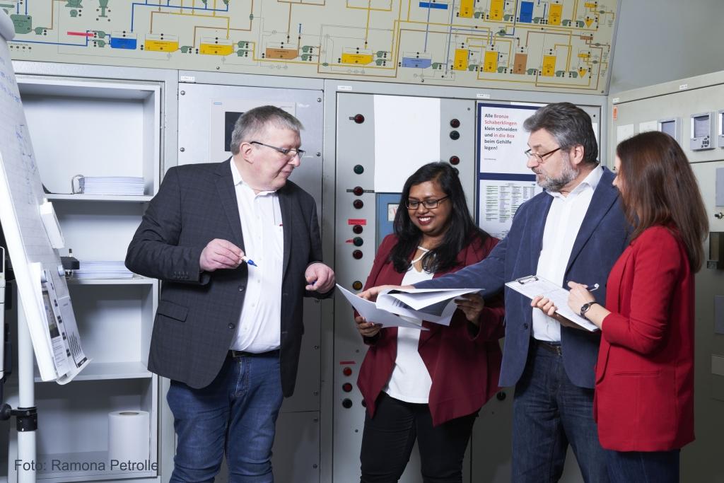 Wir entwicklen für Sie: Papierfabrik Meldorf Arbeitsgruppe diskutiert